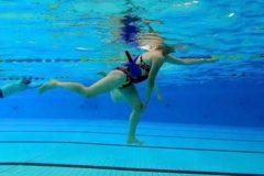 Raak je knie aan tijdens het hardlopen in het water. Zo verbeter je je proprioceptie.