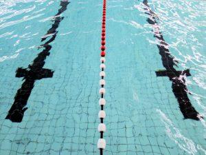 Een aquarunningtraining doe je in de banen van een zwembad