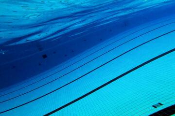 Zwembad met schuine bodem
