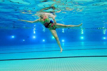 Train je adductoren en abductoren in het zwembad.