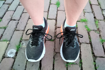 Beide voeten aan de grond in hardloopschoenen.