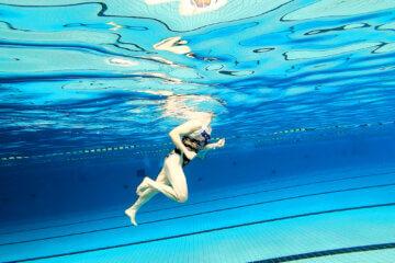 Aqaurunner zonder wetbelt in het zwembad.